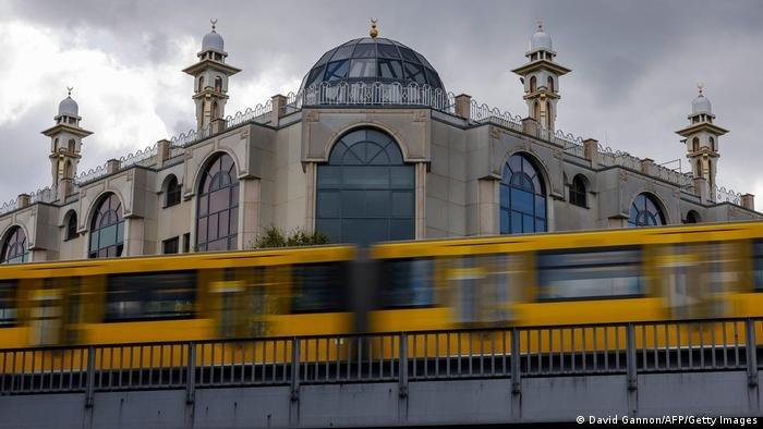 David Gannon/AFP/Getty Images |لا يزال التحكم ببعض المساجد والجمعيات الإسلامية في ألمانيا من الخارج ولا سيما تركيا، ويعتبر مشكلة يجب حلها حسب مسؤولين