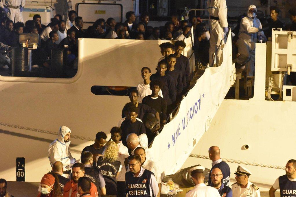 ANSA / مهاجرون يهبطون من السفينة ديتشيوتي في ميناء كاتانيا. المصدر: أنسا.