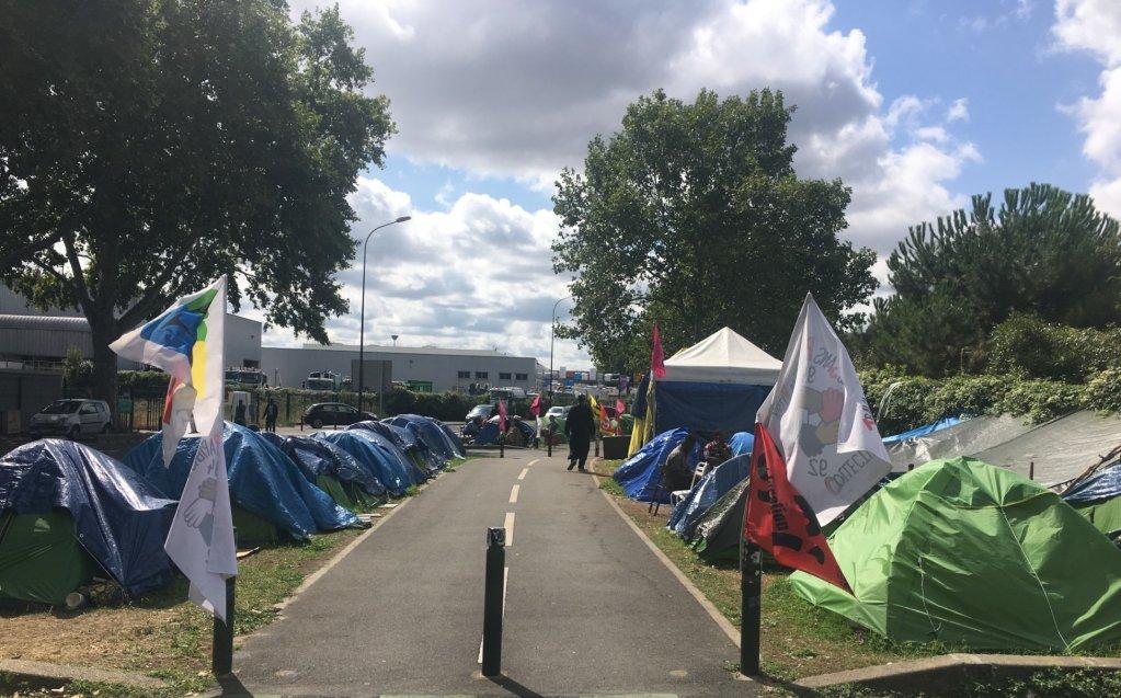 Une photo du campement de travailleurs sans-papiers du Chronopost d'Alfortville, en juillet 2019. Crédit : Leslie Carretero/InfoMigrants