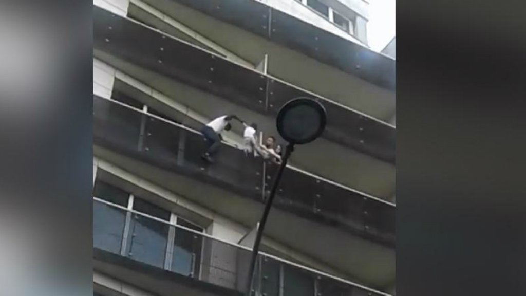 در این فیلمها، مهاجر جوان با دستان خالی و در فاصله سی ثانیه، از بالکن چهار منزل بالا می رود تا کودکی را که تنها با یک دست از بالکن منزل چهارم آویخته بود نجات دهد.