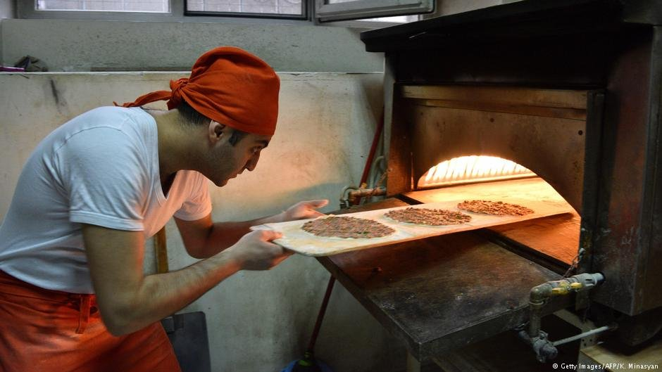 Kaits Jabakhchuryan, who came from Aleppo in 2012, baking lahmajoon at his restaurant in Yerevan | Photo: Getty Images/AFP/K.Minasyan