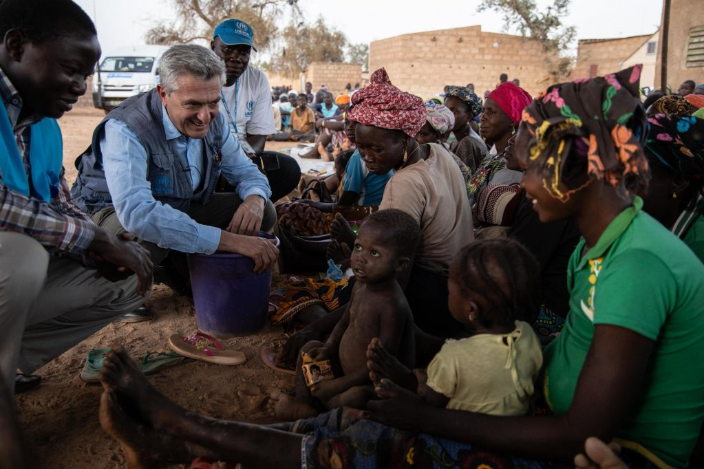 OLYMPIA DE MAISMONT / AFP |Filippo Grandi, le Haut Commissaire des Nations unies pour les réfugiés, s'entretient avec des femmes et des enfants dans un quartier qui accueille des personnes déplacées du nord du Burkina Faso à Kaya, le 2 février 2020.