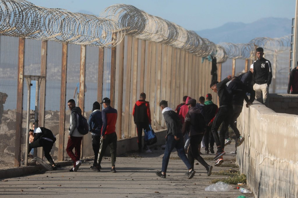 Moroccan and sub-Saharan migrants gather at the border of the Spanish enclave of Ceuta, 19 May 2021 | Photo: Jalal Morchidi / EPA
