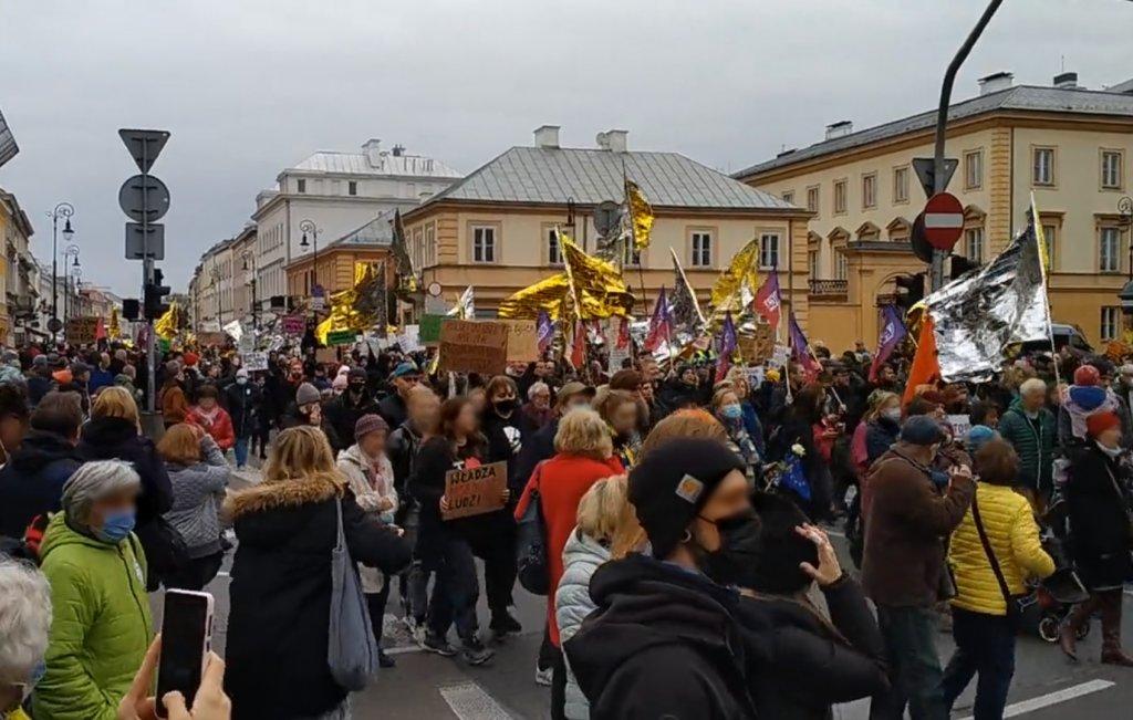 Des manifestants polonais dénoncent les refoulements de migrants à la frontière biélorusse lors d'une manifestation à Varsovie, le 17 octobre 2021. Crédit : Capture d'écran du compte Twitter @Claudia_Warsaw