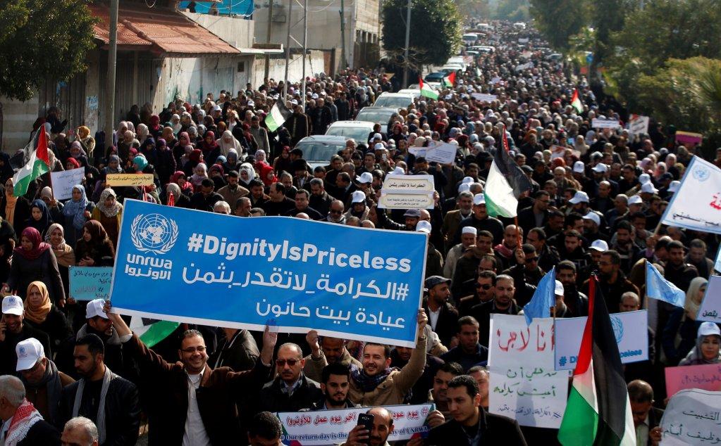 موظفو الأونروا يتظاهرون في مدينة غزة احتجاجا على القرار الأمريكي بوقف تمويل المنظمة الأممية، 29 كانون الثاني / يناير 2018. رويترز