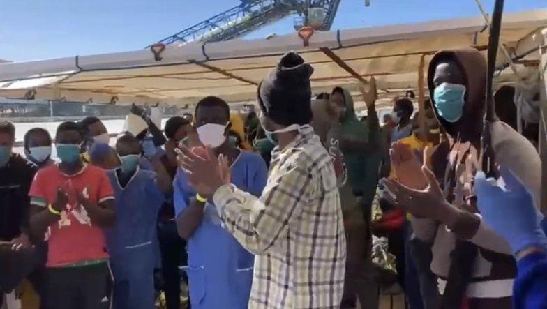 Les migrants de l'Open Arms, heureux de toucher terre, mardi 16 février 2021. Crédit : Capture d'écran d'une vidéo d'Open Arms
