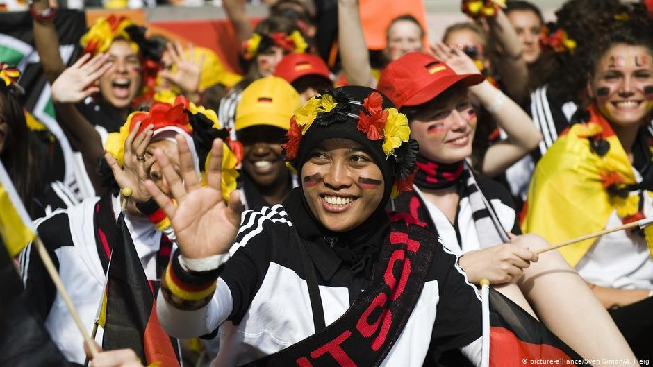 A woman cheering on the German handball team   Photo: Picture-alliance/Sven Simon/A. Fleig