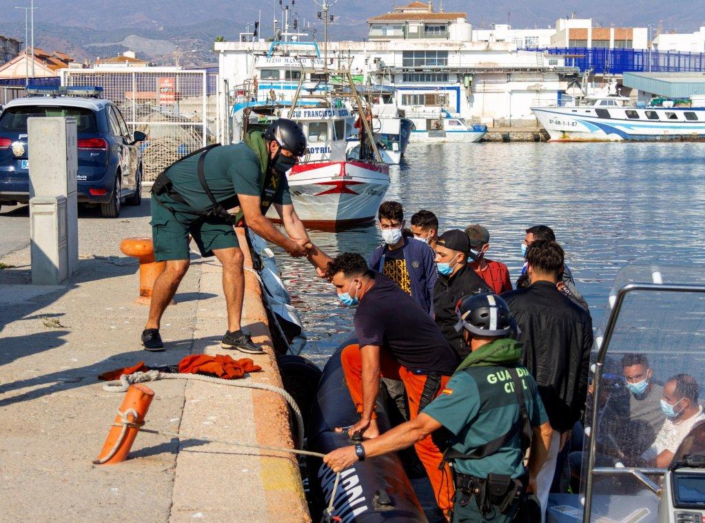 مهاجرون تم إنقاذهم بواسطة السفينة الإسبانية سالفامينتو ماريتيمو، لدى وصولهم لميناء موتريل الإسباني. المصدر: إي بي إيه/ ألبا فيكساس.
