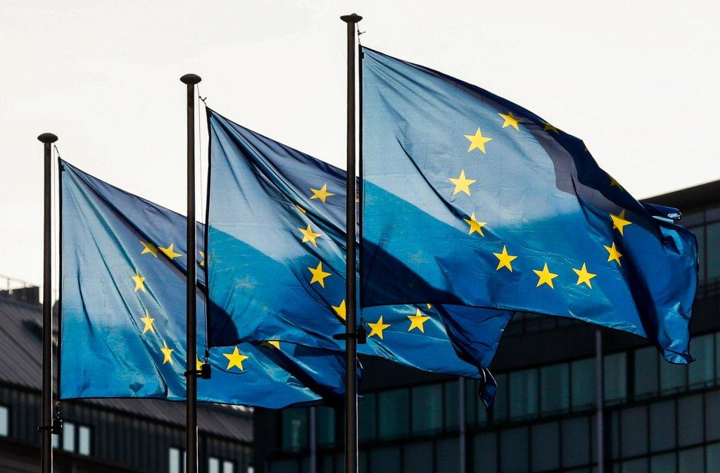 أعلام الاتحاد الأوروبي بجوار مبنى المفوضية الأوروبية في العاصمة البلجيكية بروكسل. المصد ر / أرشيف / ستيفاني ليكوك