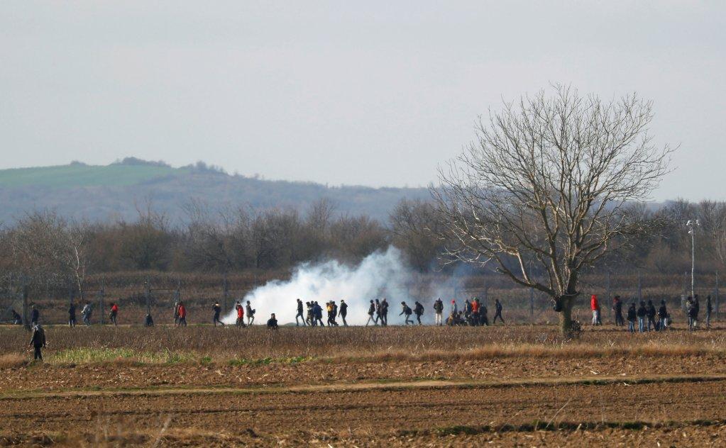 علیرغم فضای آگنده از گاز اشک آور، مهاجران تلاش دارند خود را به مرز مشترک ترکیه و یونان برسانند. عکس از خبرگزاری رویترز