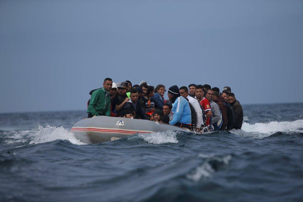 مهاجرون في مضيق جبل طارق. أرشيف/رويترز