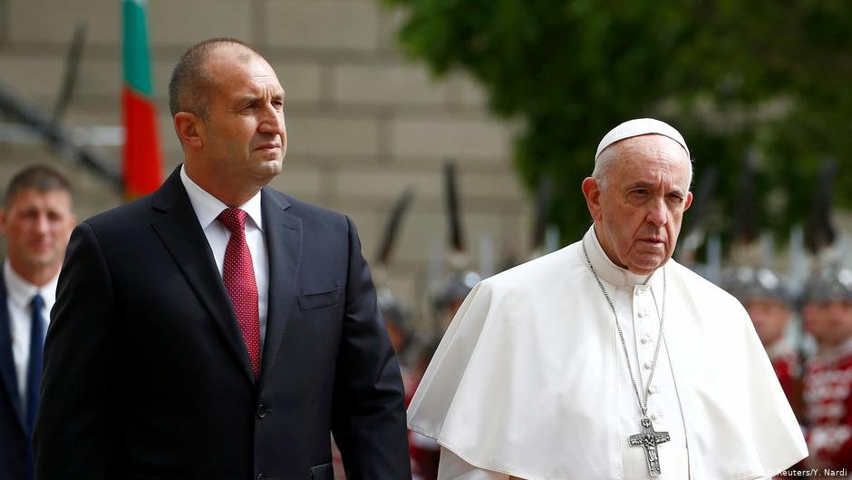 Pope Francis and Bulgaria's President Rumen Radev attend a welcoming ceremony at the Presidential Palace in Sofia, Bulgaria May 5, 2019 | Photo: Reuters/Yara Nardi