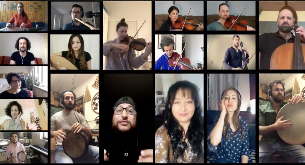 """بعض من أعضاء اوركسترا """"أورنينا"""" أنثاء تقديمهم أغنية """"حلالي زلالي"""". الصورة من الصفحة الرسمية للفرقة"""