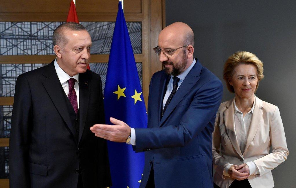 John Thys/Pool via REUTERS |Le président du Conseil de l'UE, Charles Michel (C), la présidente de la Commission européenne, Ursula von der Leyen (R), et le président turc Tayyip Erdogan (L) avant leur réunion au siège de l'UE à Bruxelles, le 9 mars 2020.