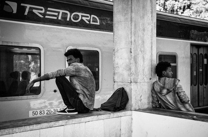 Migrants at Como train station | Credit: Confine project