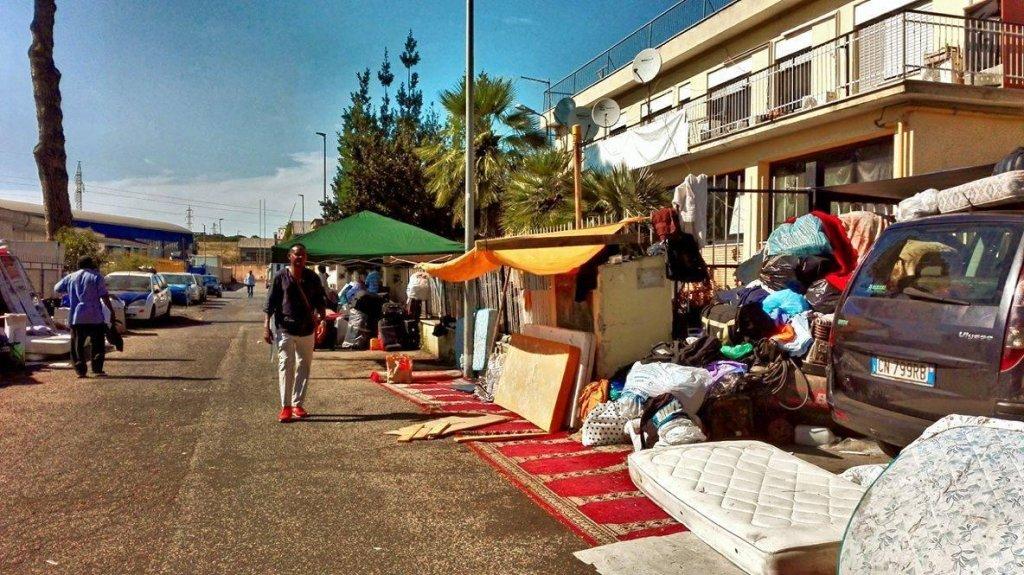 """Ansa / مخيم اللاجئين الذين تم إجلاؤهم من مبنى """"فيا سكورتيكابوفي"""" في روما. المصدر: التيريجو - فابريكا دي ديترتي."""