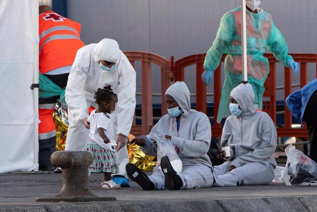 عضو بالصليب الأحمر الإسباني يساعد طفلة لدى وصولها إلى ميناء لوس كريستيانوس الإسباني. المصدر: إي بي إيه/ رامون دي لا روخا.
