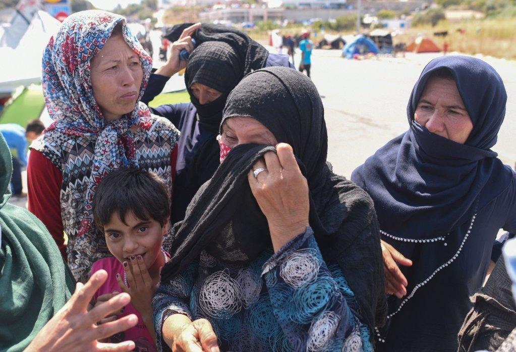 Des femmes ayant dû fuir le camp de Moria n'arrivent pas à retenir leurs larmes. Photo: Mehdi Chebil/InfoMigrants