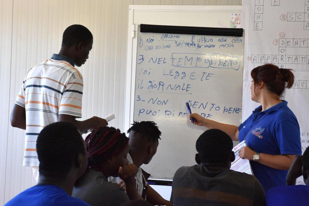 ANSA / مهاجرون داخل أحد فصول تعليم اللغة الإيطالية المصدر / أنسا / أوريتا سكاردينو