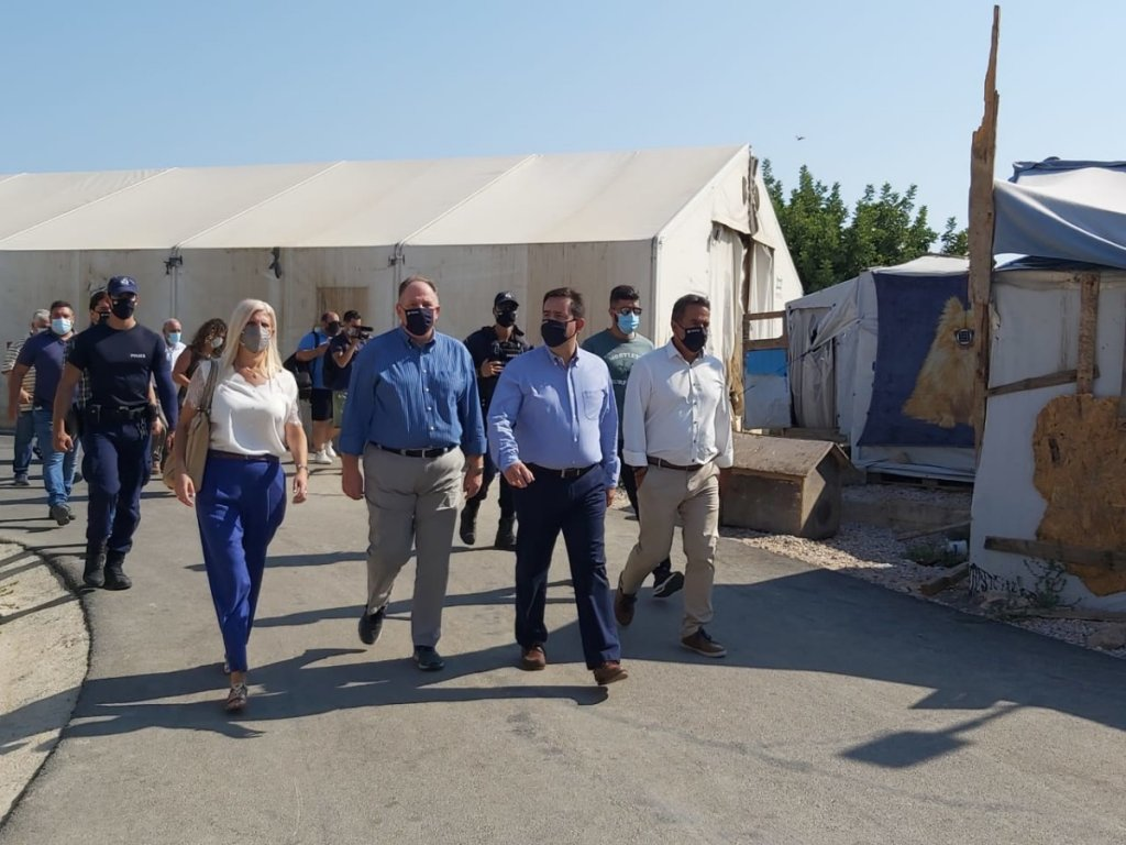 وزير الهجرة اليوناني نوتيس ميتاراكيس (الثالث من اليسار) يزور مخيم المهاجرين بجزيرة كيوس في بحر إيجة، ويتفقد التقدم في أعمال البناء. المصدر: غراهام وود.