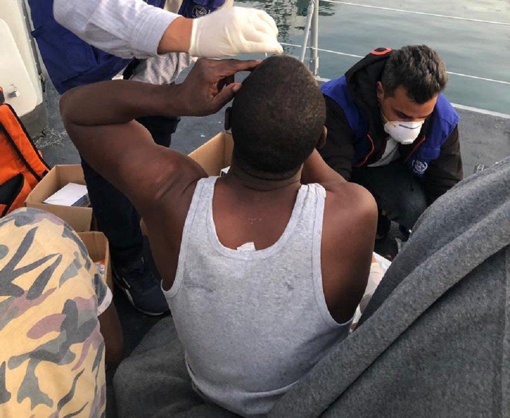 أحد المهاجرين الناجين من حادثة انقلاب القارب أثناء تلقيه لمساعدة من طاقم منظمة الهجرة الدولية، 10 تشرين الثاني\نوفمبر 2020. المصدر: منظمة الهجرة الدولية @IOM_Libya