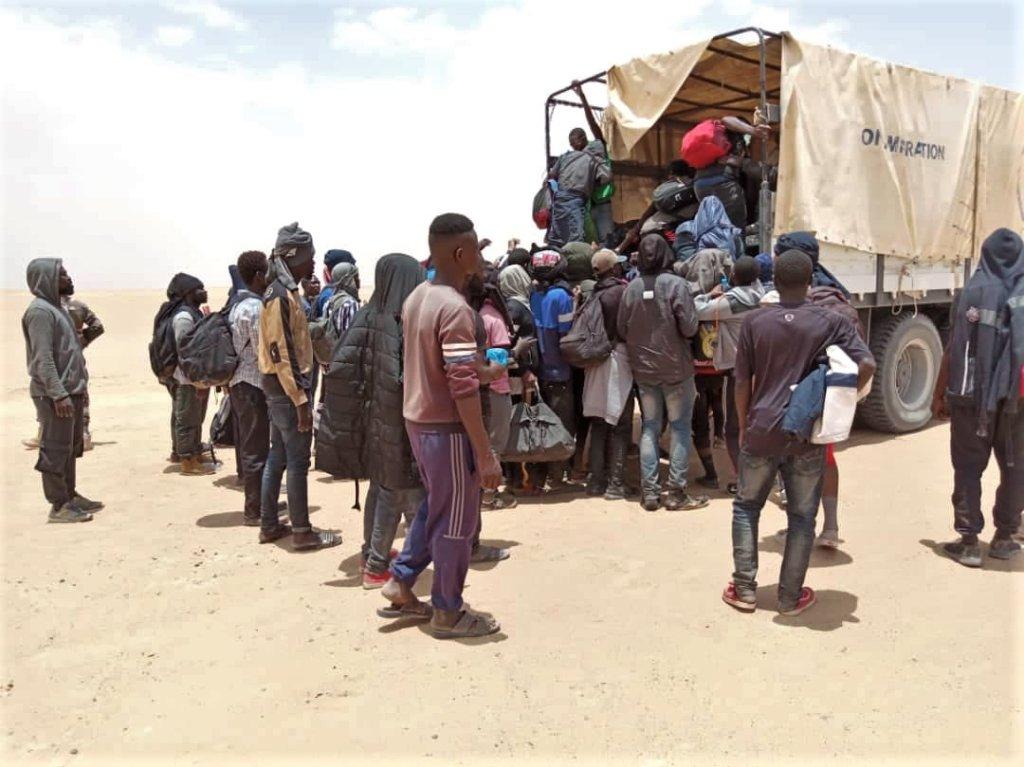 Un groupe de migrants secourus en plein désert dans le nord du Niger par l'OIM en 2019. Crédit : OIM