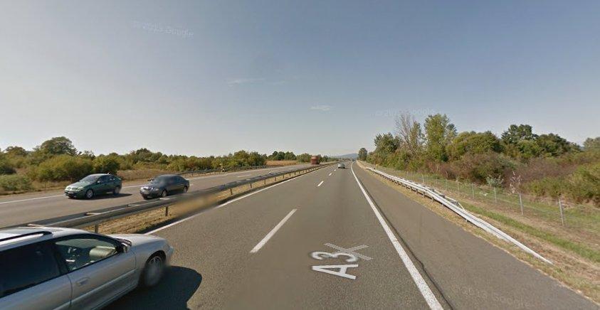 Le camion s'est renversé sur l'autoroute près la ville croate d'Okucani. Crédit : Google street view