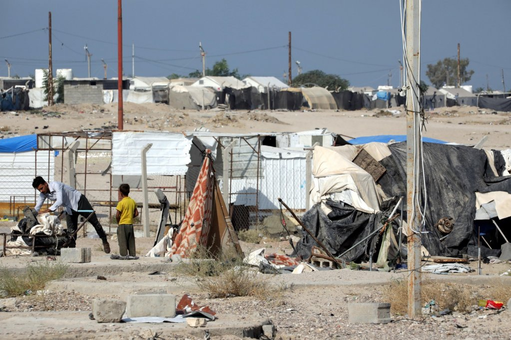 ANSA \ نازح عراقي يجمع متعلقاته قبل مغادرة مخيم الحبانية بالقرب من مدينة الفلوجة على مسافة 80 كيلو مترا غرب بغداد. المصدر: إي بي إيه/ أحمد جلال