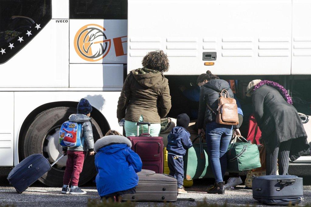 """ANSA / آخر مجموعة من المهاجرين، الذين تم إجلاؤهم من مركز """"كارا"""" في كاستلنوفو دي بورتو، تغادر المبنى طوعا في 31 كانون الأول/ يناير 2019. المصدر: أنسا/ ماسيمو بيركوزي."""