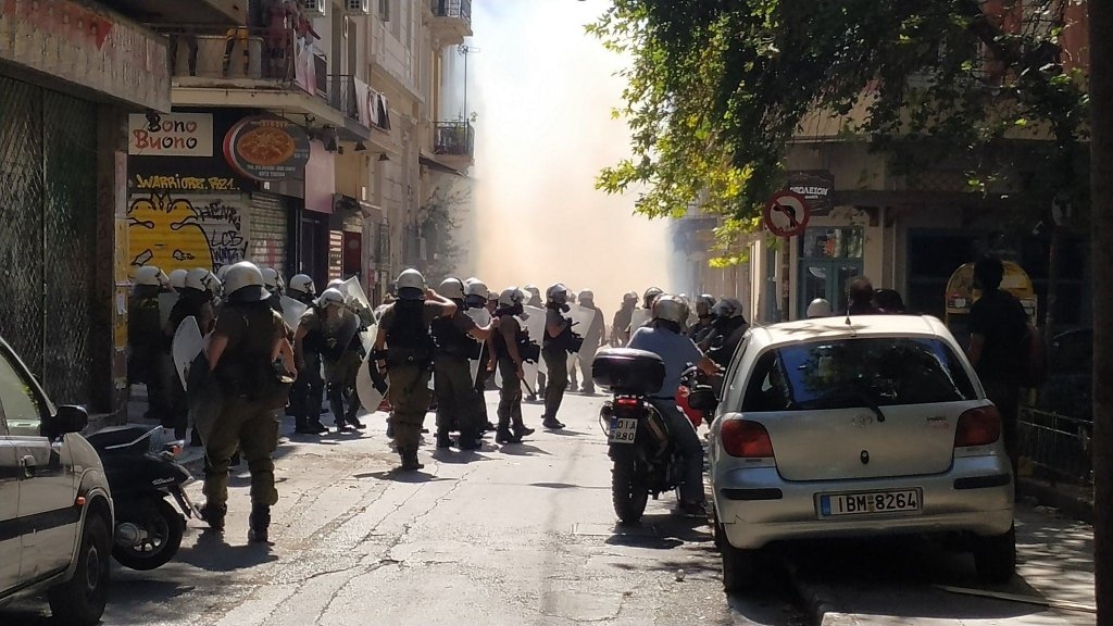 Photo prise lors d'une offensive policière samedi 14 septembre, au croisement des rues Koletti et Thémistokléous, dans le sud du quartier d'Exarcheia. Crédit : Yannis Youlountas / Facebook