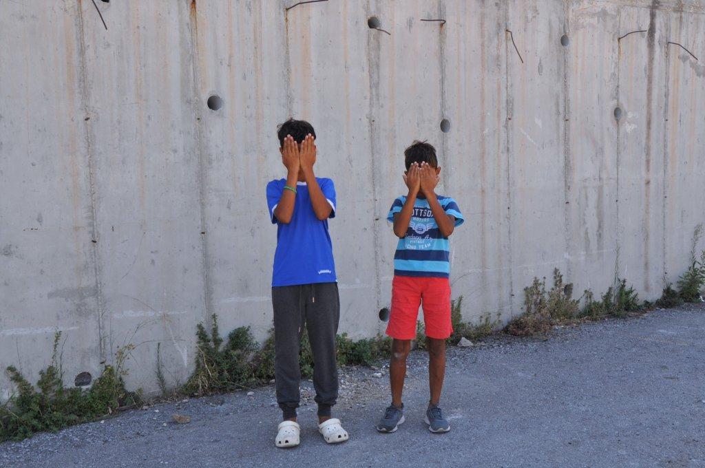 الطفل الأفغاني علي وأخوه على جزيرة ليسبوس اليونانية. الصورة: دانا البوز