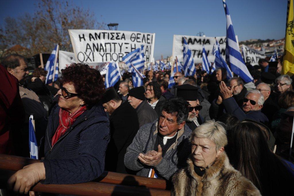 ANSA / متظاهرون في جزيرة ليسبوس اليونانية ضد إنشاء مراكز جديدة للمهاجرين على الجزر، وللمطالبة بحل مشكلة المهاجرين. الصورة: إي بي إيه / ديميتريس توسيدس.