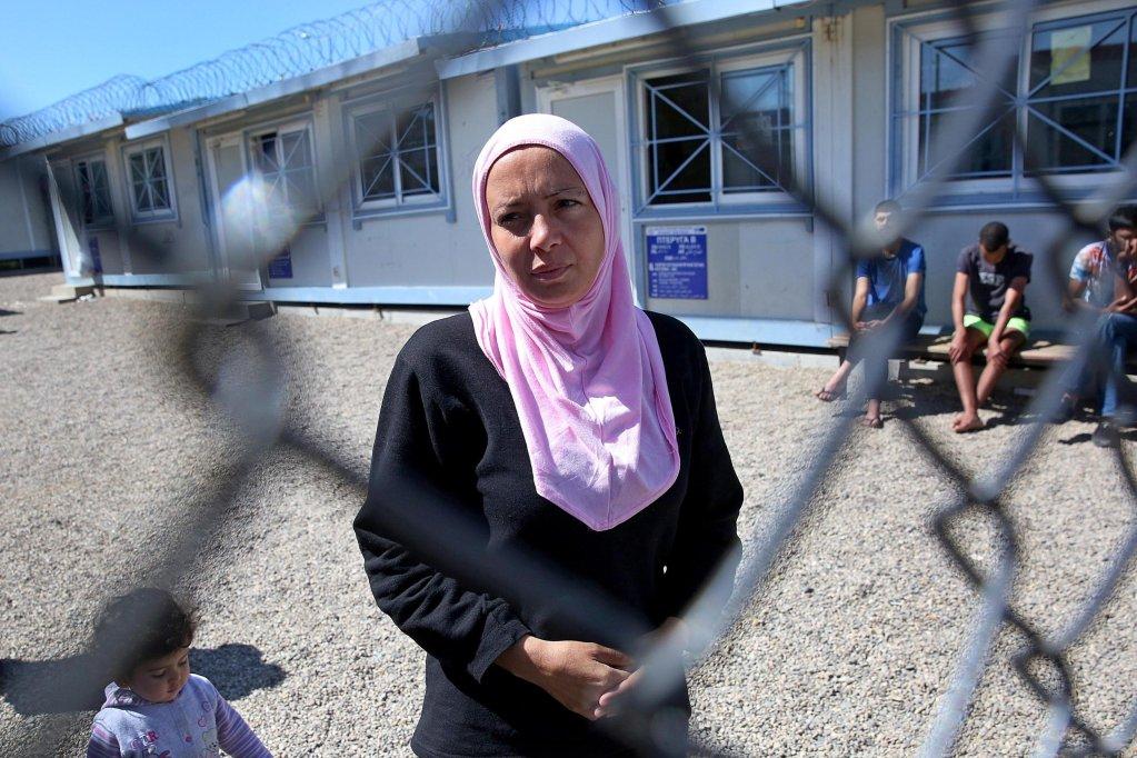سيدة مهاجرة في مركز تحديد هوية اللاجئين في فيلاكيو، بالقرب من نهر إيفروس في شمال اليونان. المصدر: أنسا/إي بي إيه/ اوريستس بانايوتو.