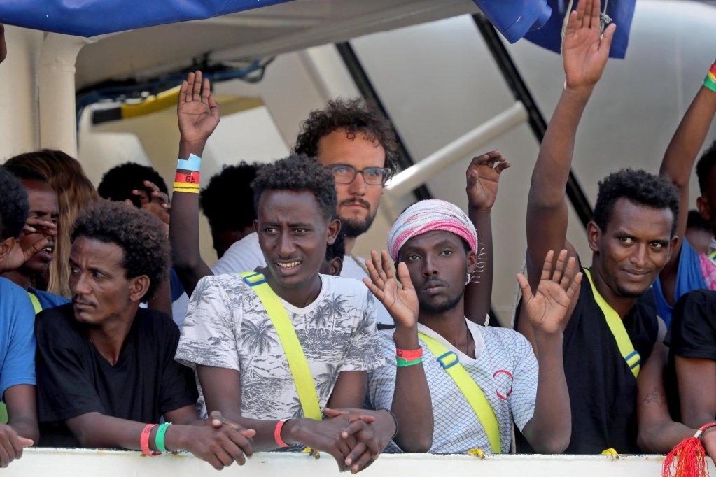 مهاجرون على متن أكواريوس أثناء دخولها إلى جراند هاربر في سينجليا بالعاصمة المالطية فاليتا. المصدر: إي بي إيه/ دونيك أكويلينا.