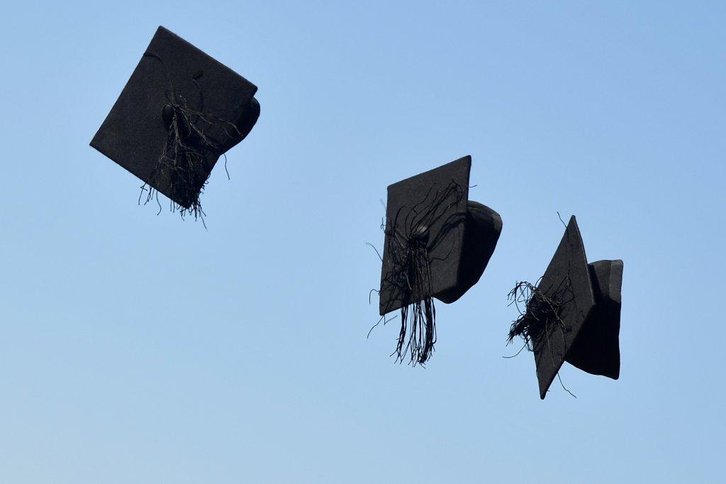 قبعات طلاب جامعيين لحظة تخرجهم. رويترز