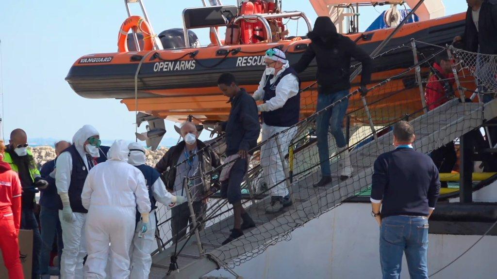 ٣٦٣ مهاجر نجات داده توسط اوپن ارمز روز یکشنبه ٢ فبروری حین پیاده شدن در بندر پوزالو تحت معاینه کروناویروس  قرار گرفتند. عکس از خبرگزاری رویترز