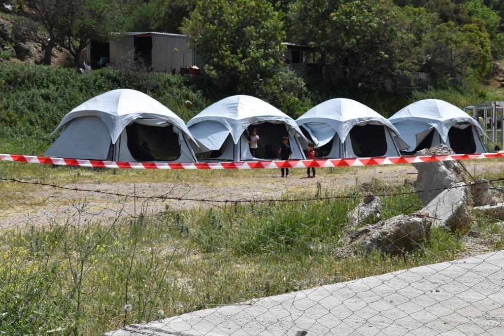 ANSA / خيام أقيمت في أرض مستأجرة من قبل وزارة الهجرة اليونانية ليستخدمها المهاجرون الذين تضرروا من انتشار فيروس كورونا. المصدر: إي بي إيه / ستاراتيس بالاسكاس.