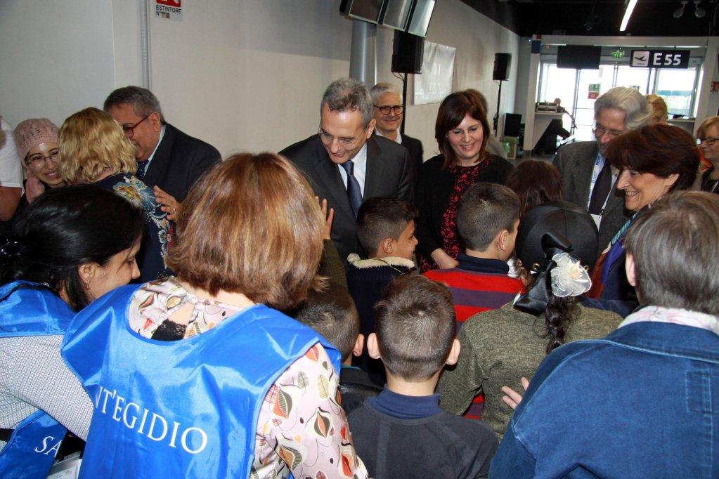 أطفال مهاجرون سوريون يصلون إلى مطار فيوميتشينو الإيطالي، قادمين من بيروت عبر برنامج الممر الإنساني. المصدر: أنسا.