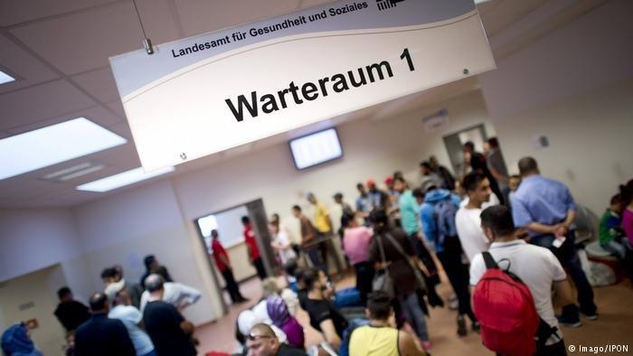 Réfugiés attendant d'être enregistrés à Berlin | Photo : Imago/IPON