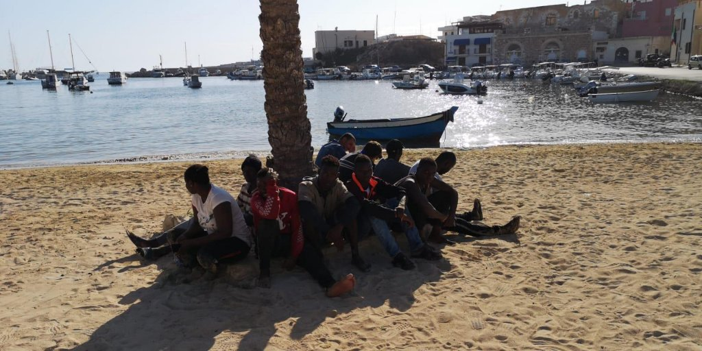 In the photo, a group of Tunisians upon their arrival on the island of Lampedusa | Photo: ARCHIVE/ANSA/CONCETTA RIZZO