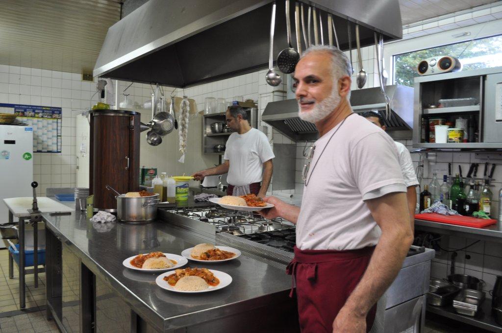 متدربون في مطبخخ مطعم مشروع فلورا