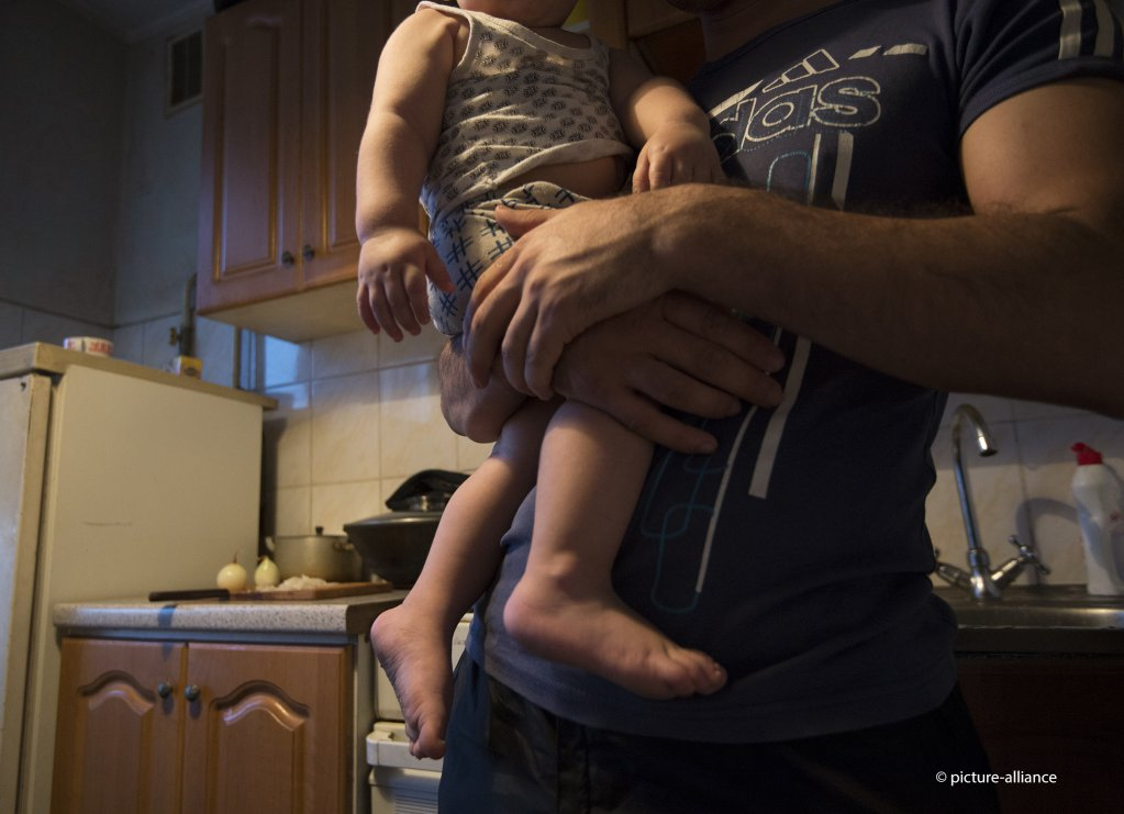 یک خانواده مهاجر از تاجیکستان در ماسکو، پایتخت روسیه اپارتمانی کرایه کرده است. روسیه یکی از ۴۸ کشوری است که مهاجران را در صورت ابتلا به «اچ آی وی» اخراج می کند./picture-alliance