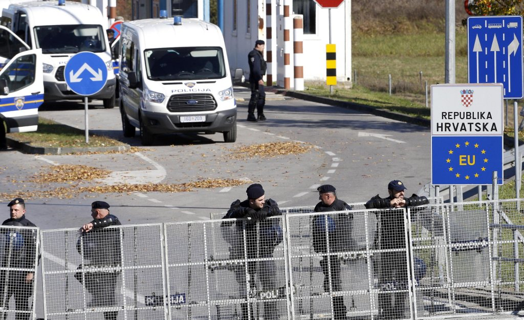 Croatian border policemen keep watch at Maljevac border crossing with Bosnia And Herzegovina as a group of migrants attempting to cross into Croatia. Photo: EPA/FEHIM DEMIR