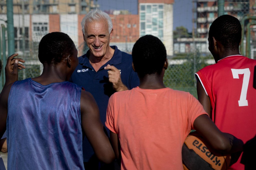 Max Antonelli, coach of the Tam Tam basketball team, coaching a practice session at the court on the boardwalk in Castel Volturno, near Caserta | Photo: ANSA/CIRO FUSCO
