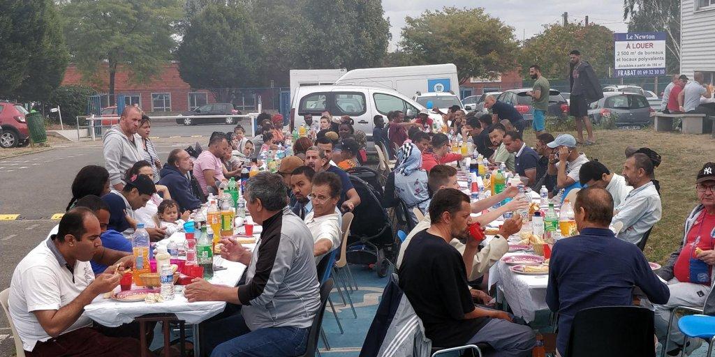"""مهاجرون يحتفلون بعيد الأضحى في مقر جمعية """"الإعانة الإسلامية"""" في ماسي. المصدر: مهاجرنيوز"""