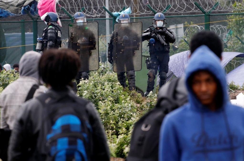 در جریان تخلیه خیمههای مهاجران در کاله، تنشهایی میان مهاجران و افراد پولیس به وجود آمد،۱۰ جولای ۲۰۲۰.  عکس از رویترز