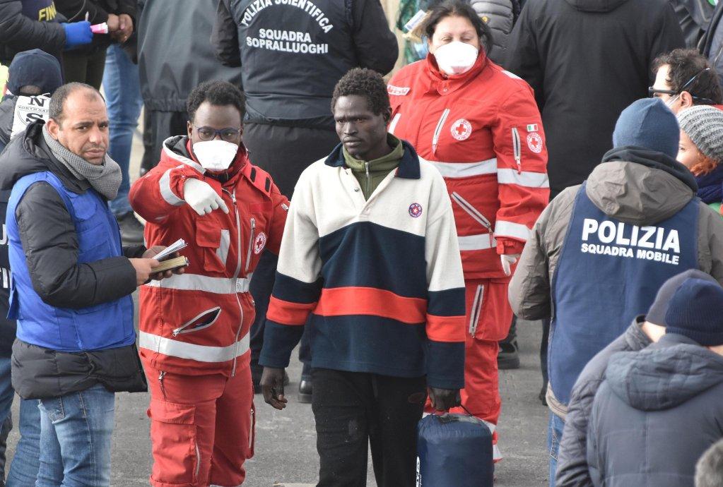ANSA / مهاجرون يهبطون في ميناء كاتانيا. المصدر: أنسا/ أوريتا سكاردينو.