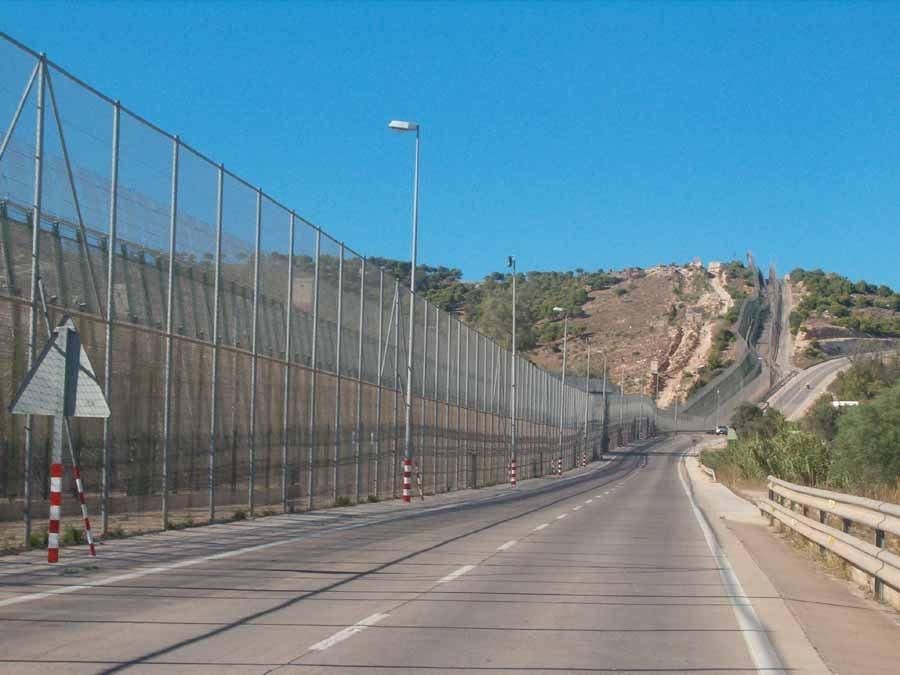 La barrière qui clôt l'enclave espagnole de Melilla au Maroc. Crédit : Wikicommons