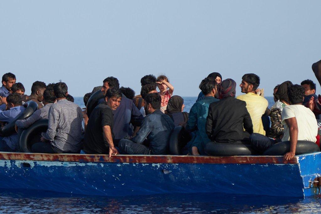 قارب يحمل مهاجرين في البحر المتوسط. المصدر: إي بي إيه/ فابيان هاينز/ سي آي