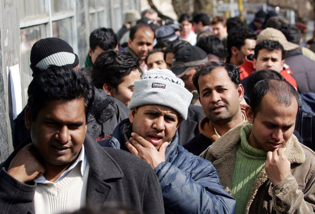 ansa / مجموعة من اللاجئين، وهم يقفون في طابور، بحثا عن فرص عمل. المصدر: صورة من الأرشيف/ أنسا